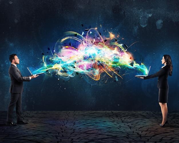 Mann und frau verbinden ihre computer mit lichtwelleneffekten