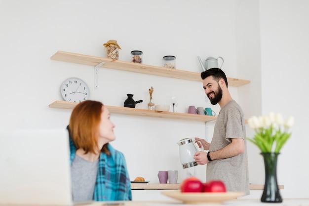 Mann und frau verbringen zeit in der küche