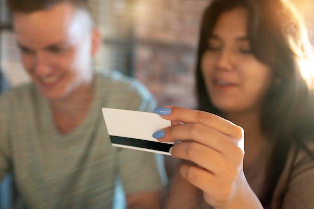 Mann und frau verwenden kreditkarte für online-shopping