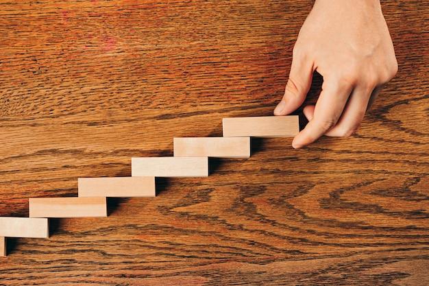 Mann und holzwürfel auf tisch. management- und marketingkonzepte