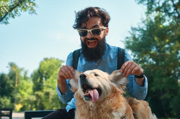 Mann und hund haben spaß, spielen, machen lustige gesichter