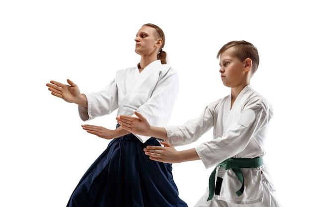 Mann und jugendlicher junge kämpfen am aikido-training in der kampfkunstschule. gesunder lebensstil und sportkonzept.