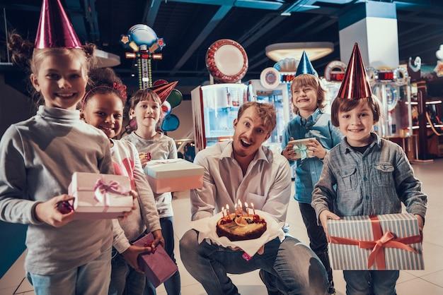 Mann und kleine kinder, die geburtstag feiern