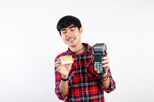 Mann und kreditkarten bezahlen mit kreditkarten bezahlung von produkten und online-zahlung durch durchziehen der karte