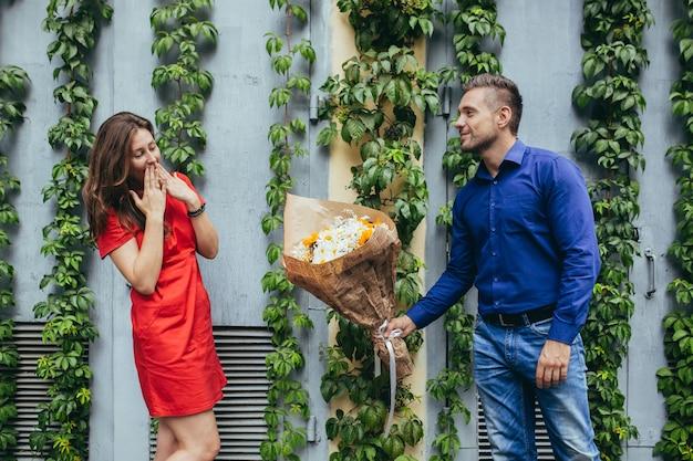 Mann und mädchen in liebespaar auf einem date