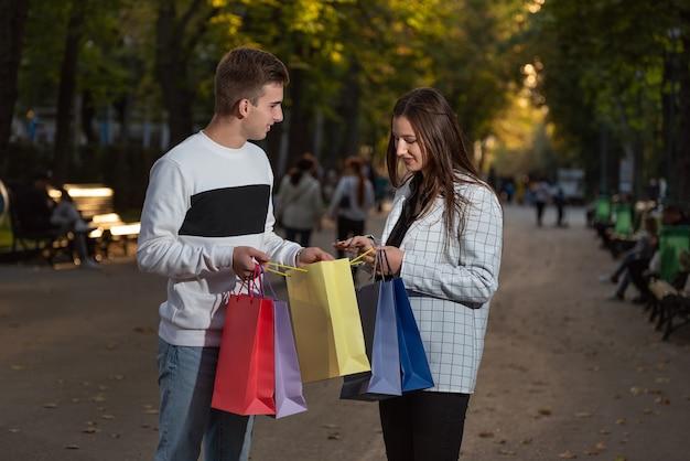 Mann und mädchen schauen in die einkaufstasche aus papier