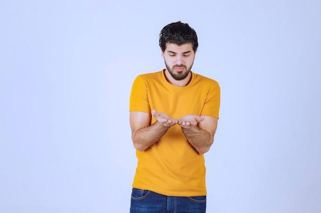 Mann vereint hände, betet und träumt für etwas