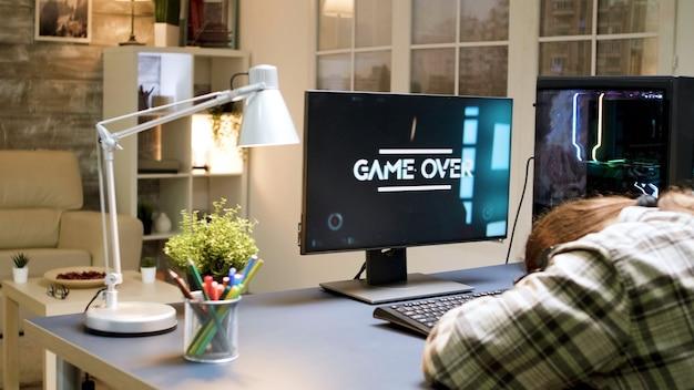 Mann verliert beim shooter-spiel, während er auf einem gaming-stuhl sitzt. frau mit vr-kopfhörer.