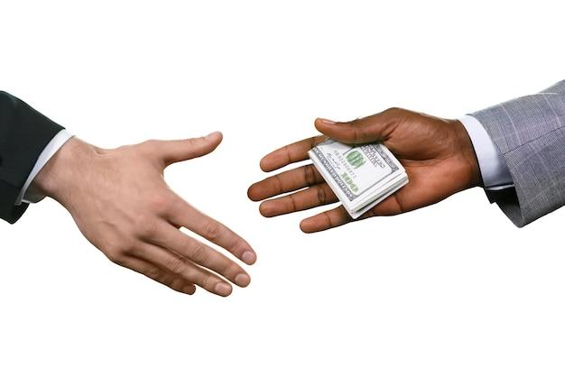 Mann verschenkt geld. tun sie, was sie tun müssen. kriminelle kauft die macht. wir sind dabei zusammen.