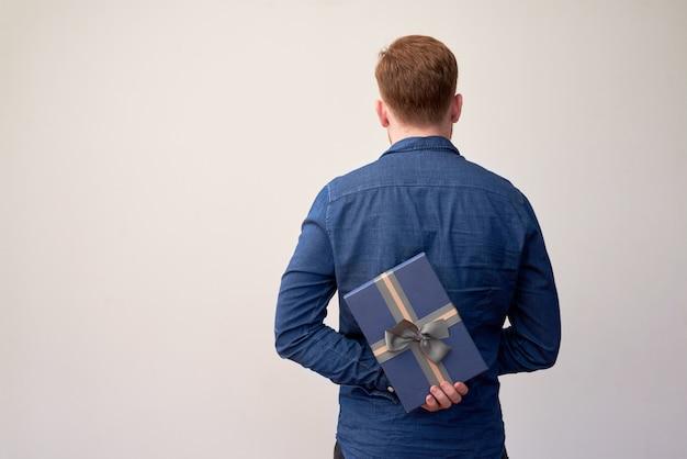 Mann versteckt geschenk