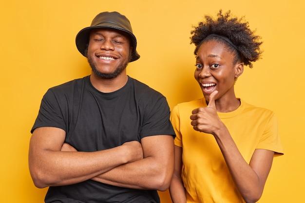 Mann viel spaß lächeln glücklich zeigen wie geste etwas gutes genehmigen stehen nebeneinander auf gelb