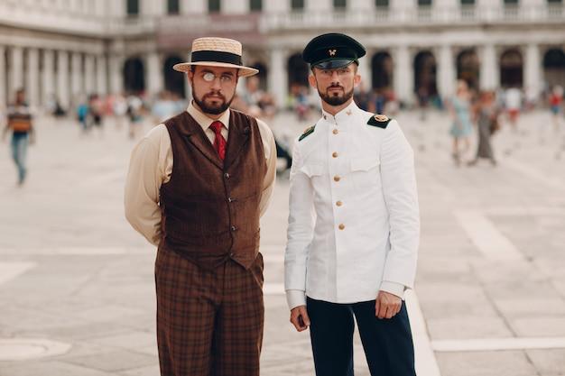 Mann vintage anzug auf san marco platz venedig italien