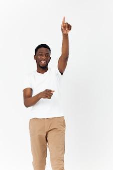 Mann von afrikanischem aussehen hält seine hand über dem kopf
