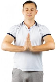 Mann von mittlerem alter in der sportlichen ausstattung, welche die übungen lokalisiert auf weiß tut