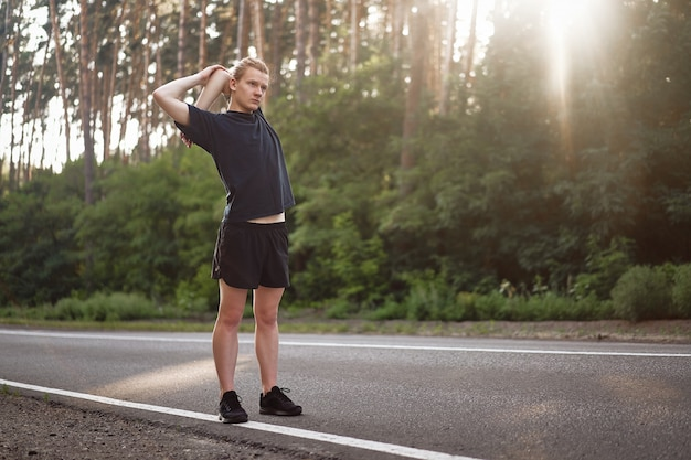 Mann vor dem joggen aufwärmen