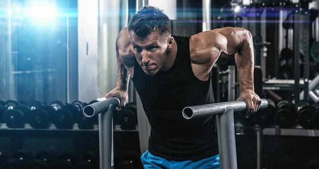 Mann während des trainings in der turnhalle