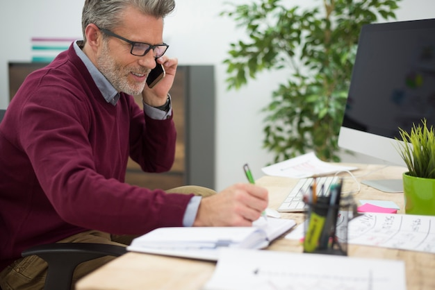 Mann während seiner arbeit im büro