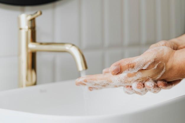 Mann wäscht sich die hände mit seife