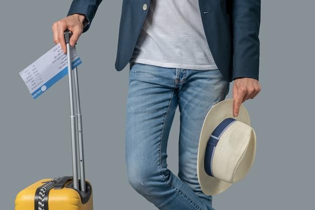 Mann wartet auf flug stehend mit koffer
