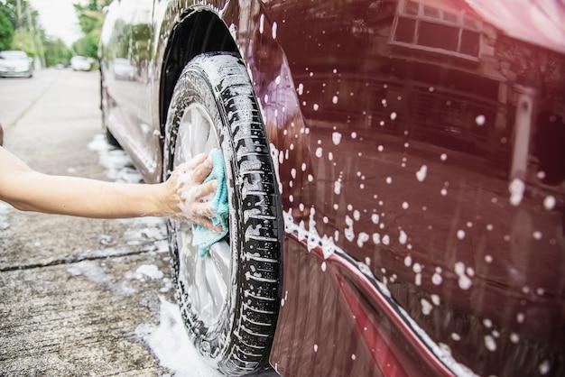 Mann waschen auto mit shampoo