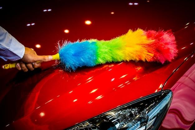 Mann wippt auto mit led-scheinwerfer