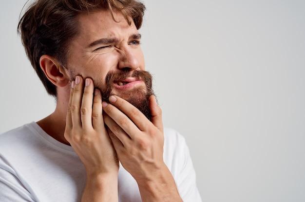 Mann zahnmedizinisches problem zahnheilkunde behandlung heller hintergrund