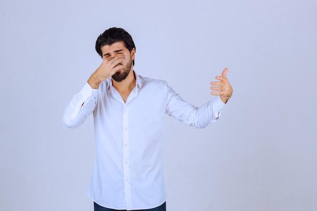 Mann zeigt daumen hoch handzeichen.