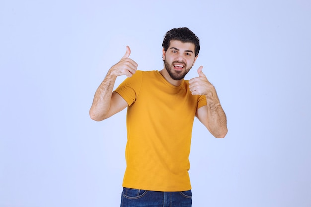 Mann zeigt daumen hoch handzeichen