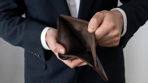 Mann zeigt eine leere brieftasche