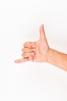 Mann zeigt mich shaka handzeichen geste nennen.