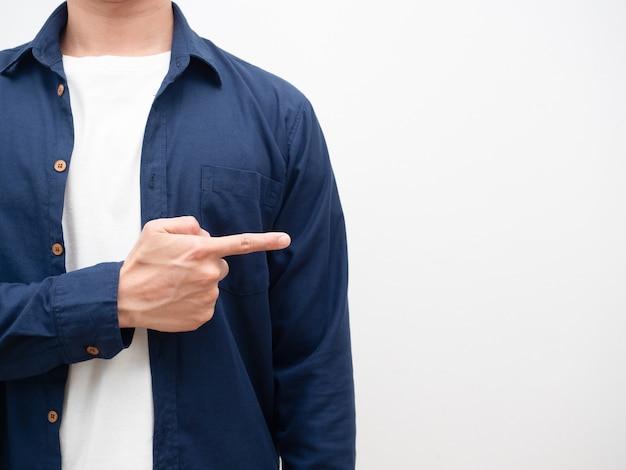 Mann zeigt mit dem finger auf den weißen isolierten crop-schuss des kopienraums