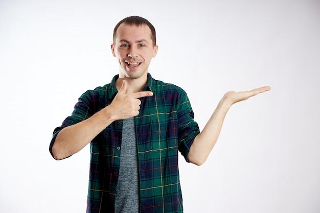 Mann zeigt mit einem finger auf die hand mit der ausgestreckten handfläche. werbung, isolieren