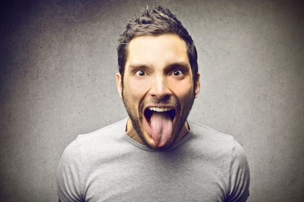 Mann zeigt seine zunge
