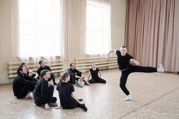 Mann zeigt tanzbewegung