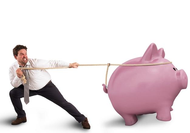Mann zieht das seil mit einem sparschwein