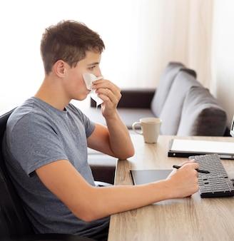 Mann zu hause in der quarantäne, die am personalcomputer arbeitet