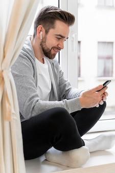 Mann zu hause mit videoanruf mit familie