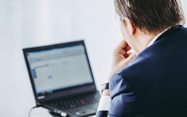 Mannarbeit mit laptop