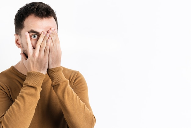 Mannaufstellung entsetzt beim bedecken des gesichtes