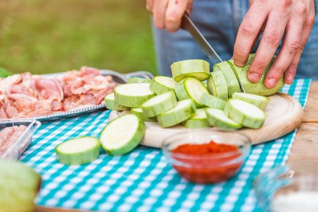 Mannausschnitt-zucchini auf schneidebrett