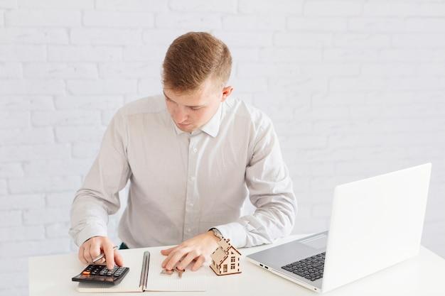 Mannbuchhaltung am laptop