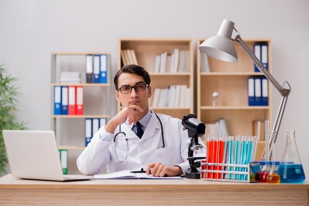 Manndoktor, der im labor arbeitet