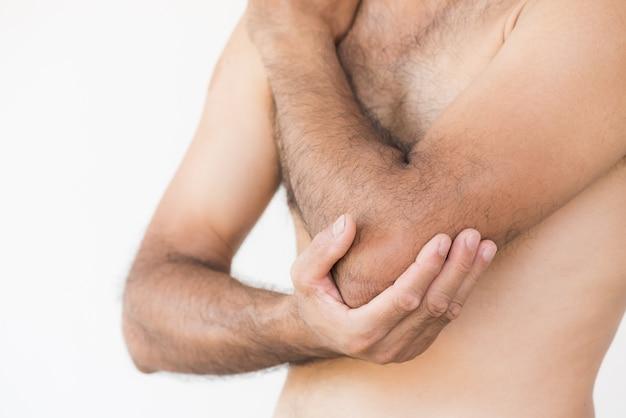 Mannellbogen- und -armschmerz und -verletzung auf weißem hintergrund. gesundheits-konzept.