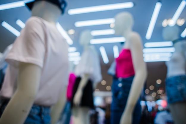 Mannequins in kleidung im shop