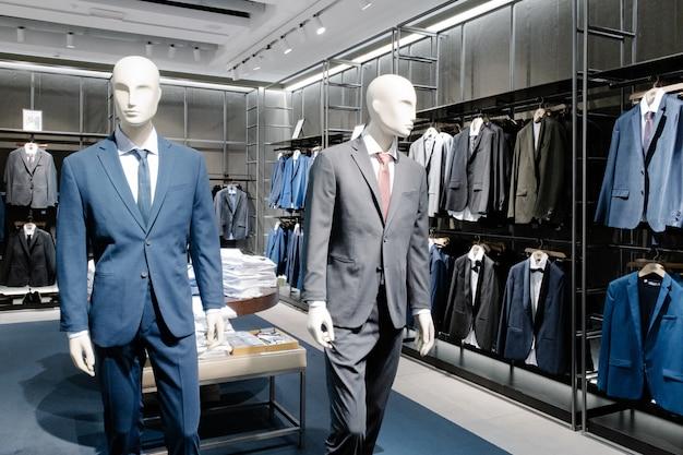 Mannequins kleideten in der männlichen mann-zufälligen kleidung im speicher des einkaufszentrums an