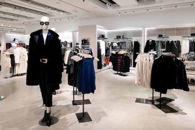 Mannequins kleideten in der weiblichen frauen-zufälligen kleidung im speicher des einkaufszentrums an