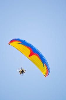 Mannfahrer paramotor auf dem himmel