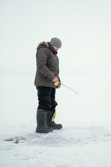 Mannfischen mit spezieller ausrüstung draußen