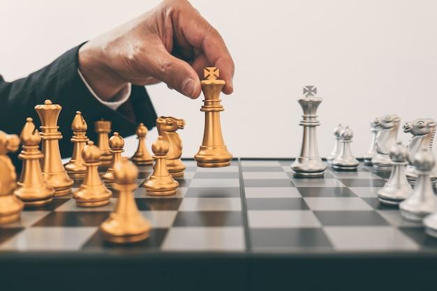 Mannführung, die schach spielt und strategieplan über abbruch denkt, stürzen das gegenüberliegende team