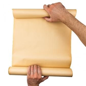 Mannhände, die alte gestresste papierrolle halten. leerer raum, platz für text, kopie, schriftzug. vertikaler hintergrund.